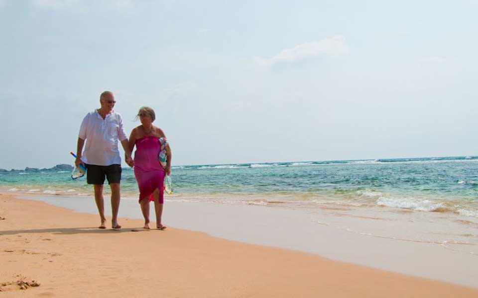 senior_couple_beach